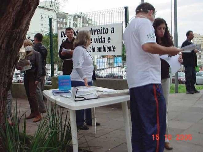Ativistas da Gonçalo de Carvalho coletam assinaturas e apoios para a defesa das árvores e pássaros de seu Túnel Verde. Outubro de 2005.