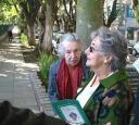 A moradora mais antiga da rua, Elsie Sefton Pfau, ajudou no plantio de muitas das árvores da rua.