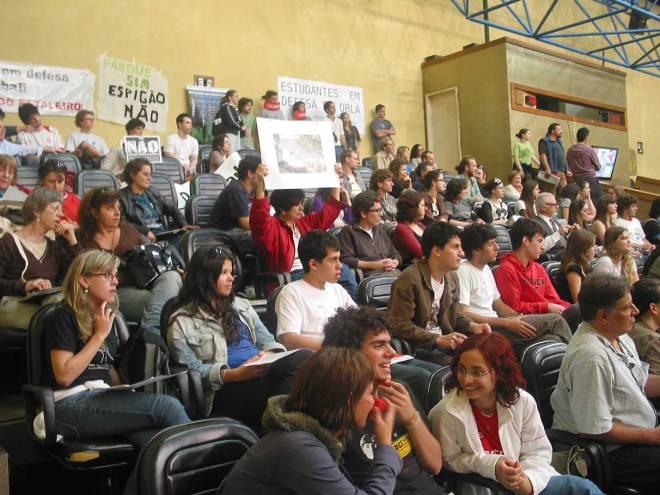 Representantes de entidades de moradores, ambientalistas e estudantes universitários marcaram presença nas galerias da Câmara Municipal.