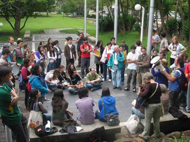 Artista plástica Zorávia Bettiol fala aos manifestantes nos jardins da Câmara Municipal.
