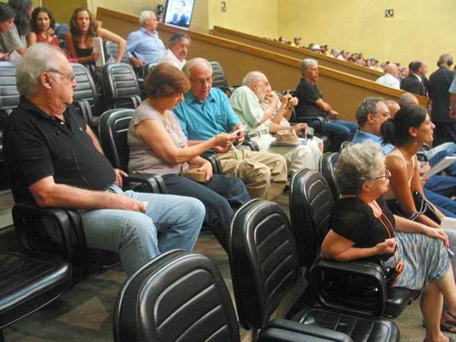 Representantes de Entidades observam a sessão da Câmara de Vereadores em 9 de fevereiro.