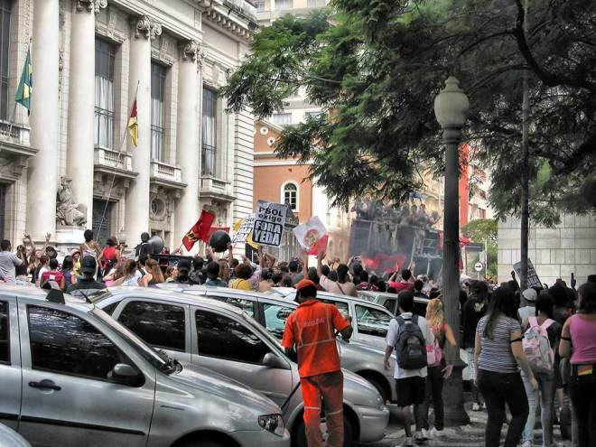 """""""Cara Pintadas"""" fazem nova manifestação contra o governo."""