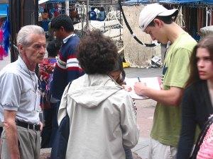 Idair e Arno Trapp coletando assinaturas para o abaixo-assinado da Agapan, contra o Pontal do Estaleiro. Feira do Livro - novembro 2008.