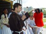 Frei Pilato lendo trecho da Bíblia.