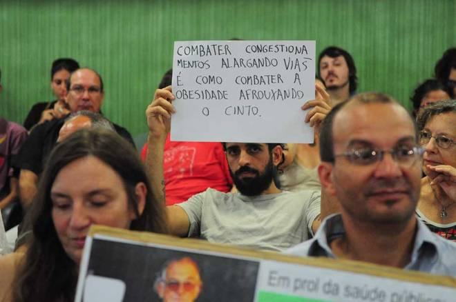 Manifestantes contra o corte de árvores na COSMAM - Foto: Desirée Ferreira/CMPA