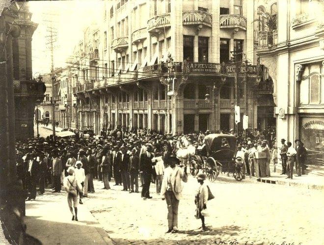 Manifestação na Rua da Praia esquina com Rua da Ladeira - 1910