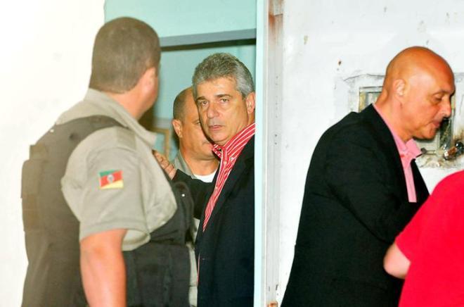Ex-secretário da SMAM, Luiz Fernando Záchia, sendo libertado - Foto Fabiano Amaral/Correio do Povo