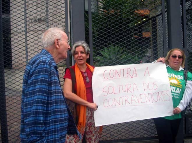 Augusto Carneiro, um dos fundadores da AGAPAN e do Movimento Ambientalista no Brasil, mesmo com seus 90 anos foi levar seu apoio à Polícia Federal também - Foto: Cesar Cardia/Amigos da Rua Gonçalo de Carvalho