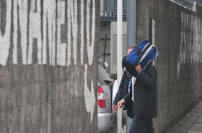 Populares xingaram presos ao passarem pela frente do Central Foto: Fabiano do Amaral/Correio do Povo
