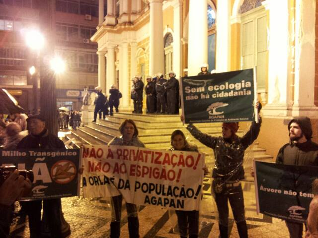 Integrantes da AGAPAN destacando a ecologia no protesto - Foto: Heverton Lacerda