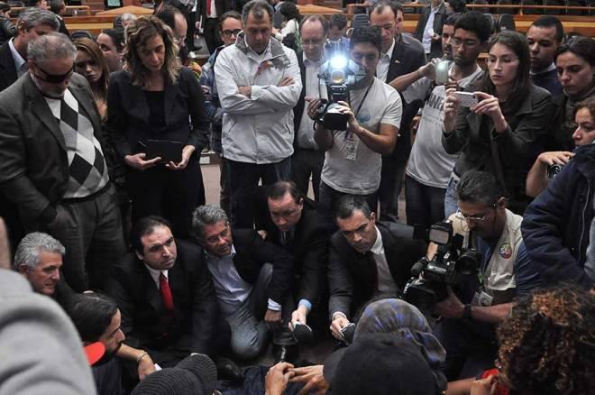 Dr. Thiago Duarte, presidente da Câmara, conversa com manifestantes - Foto: CMPA