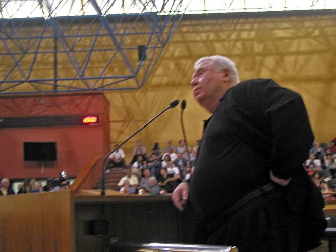 Lerner chegou a mostrar irritação enquanto era criticado pelo público presente.