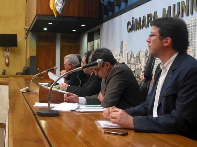 Presidente do IAB/RS, à direita na foto,  reclamou a falta de concurso para obras públicas e foi muito aplaudido por isso.
