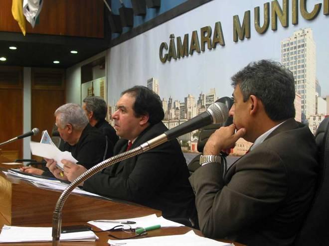 Incomodado com protestos do público, presidente da Câmara ameaçou encerrar a Audiência enquanto o projeto ainda estava sendo apresentado, no início da Audiência Pública.