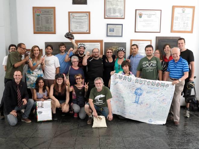 Ciclistas e ativistas do Quantas Copas e Agapan fizeram pressão para que a população participe das discussões. - Foto: Leandro Grehs Leite/Facebook
