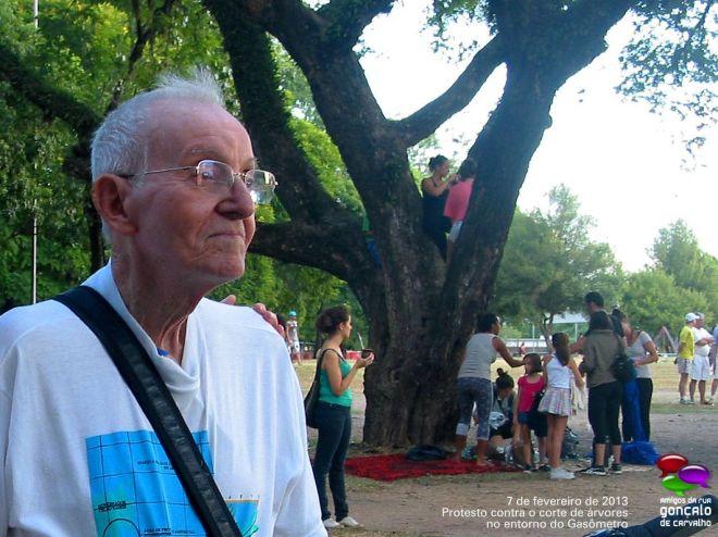 Mesmo triste, Carneiro foi protestar contra os cortes de árvores no entorno do Gasômetro em 7 de fevereiro de 2013 – Foto: Cesar Cardia