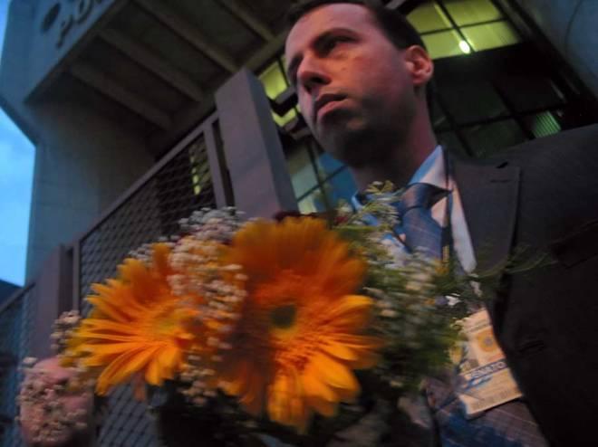 Delegado da Polícia Federal recebe flores de ativistas em 3 de maio de 2013 - Foto: Cesar Cardia/Amigos da Rua Gonçalo de Carvalho