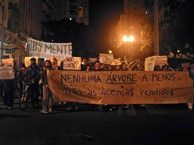 """No ato de Protesto contra os cortes de árvores no entorno do Gasômetro - em 27 de maio de 2013 - protestos contra a """"cobertura parcial"""" da RBS. Foto: Cesar Cardia/Amigos da Rua Gonçalo de Carvalho."""